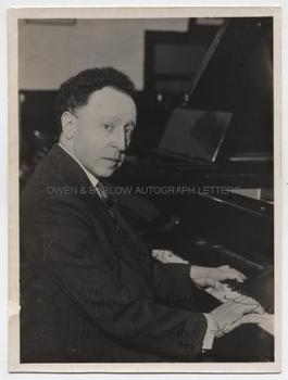 ARTHUR RUBINSTEIN (1887-1982) Photograph Signed